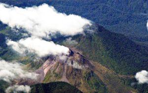 Gunung Peut Sagoe mengeluarkan asap putih