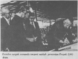 Presiden Soeharto menandatangani naskan peresmian proyek LNG Arun. [Dok. Departemen Penerangan RI]