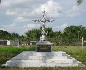 Monumen yang didirikan di tempat gas Arun pertama kali ditemukan pada 18 November 1971. (wikipedia)